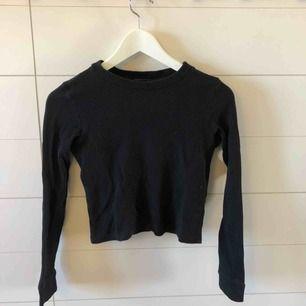 Croppad tröja från Monki i storlek xs. Frakt 50kr eller möter upp i Kristinehamn