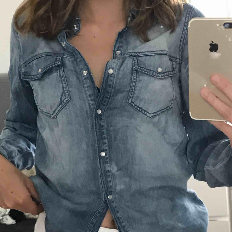 Jeansskjorta som man knäpper framtill.  Obs, inte riktigt jeanstyg utan detta är mer mjukt och rörligt. Använd ca 1 gång så gott som ny!. Skjortor.