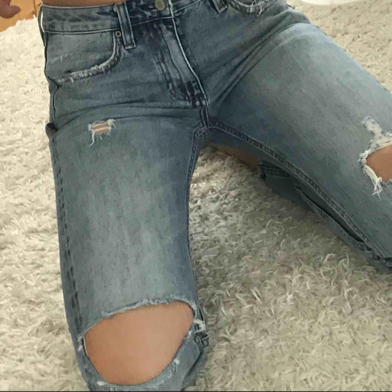 Snygga boyfriend jeans med slitningar på knäna från Crocker. Så användbara jeans och jättesnygga. Säljer pga dom är för små för mig så skulle säga att dom är mer 26 elr 27 i midjan.. Jeans & Byxor.