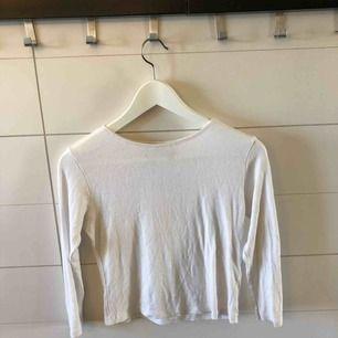 Croppad tröja med trekvarts-ärmar från Brandy Melville. Märkt onesize men skulle säga xs-s. Frakt 50kr eller möter upp i Kristinehamn