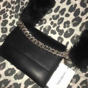 Intressekoll på min fina väska från Ivyrevel x accent! Köpt för 999kr, aldrig använd och med prislappen kvar! Finns inte att köpa längre! Väskan är rymlig och i medföljer även ett svart väskband till den💕