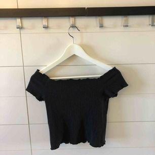 Off-shoulder croppad tröja från Zara i storlek S. Frakt 50kr eller möter upp i Kristinehamn