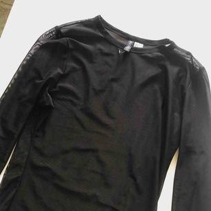 Meshtröja från H&M's kollektion Divided. Storlek L, dock tight i armarna. Väldigt snyggt att matcha med en ball t-shirt över. 50 kr + frakt, tar endast emot swish så skriv innan köp!