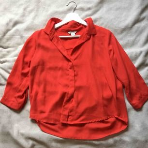 Röd skjorta (blus?) i viskos från monki. Trekvartsärm. Fint skick, använt sparsamt.