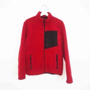 Snygg Helly hansen-liknande tjocktröja i rött och svart! Den är unisex och helt oanvänd.