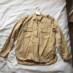 Workwearjacka, i beige! Köpt second hand, märket är tristad. Fint skick, knappt använd. Unisexmodell.