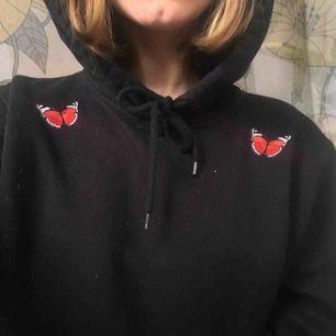 Hoodie från h&m med fjärilar på. Skriv om du undrar något 🥰