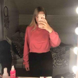 Rosa hoodie från H&M i strl S! Använd få gånger så i fint skick. Croppad modell med mysigt material inuti💗