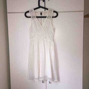 """Vit klänning från Vero Moda med spetsdetaljer på """"överdelen"""". Skir """"kjol"""" med vit underkjol under och resår i midjan. Pris och fraktkostnad kan diskuteras!"""