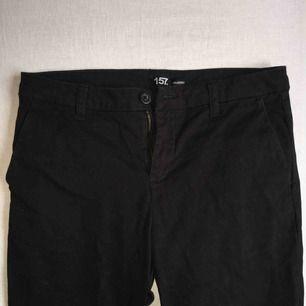 Svarta kostymbyxor från Lager 157. Fickor både fram och bak samt hällor för bälte. Pris och fraktkostnad kan diskuteras!