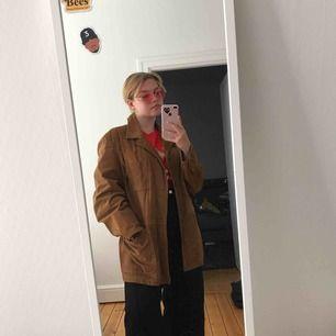 Vintage Brun jacka i läder/mocka material som kommer från min morfar, antagligen köpt sent 70-tal. Den är rak i passformen och ganska stor, passar M-XL beroende på hur du personligen vill att den ska sitta🌹 frakt ingår ej