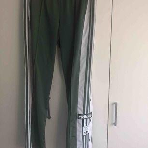 Ljus gröna Adidas byxor ifrån Junkyard. Aldrig använda. Ny pris 699kr