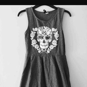 Snygg klänning med dödskalle. Använd fåtal gånger. Kan mätas i jönköping och kan även frakta. Köparen står för frakt.