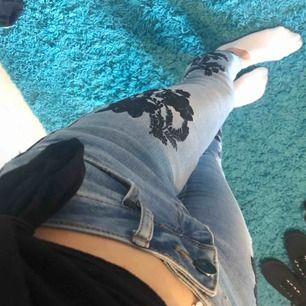 Snygga blå jeans med svart blommigt mönster. Endast använda ett fåtal gånger. Kan mätas i jönköping och kan även frakta, köparen står för frakt.