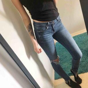 Lågmidjade jeans med slitningar storlek 26/32. Kan mötas i jönköping och även frakta, köparen står för frakt.