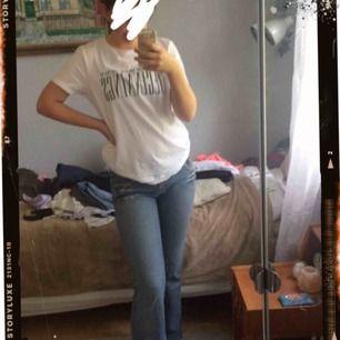 Snygga bootcut jeans från edc by Esprit! Fina detaljer på fickorna och knapparna💓⚡️