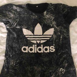 Adidas t-shirt, använd ca 2 gånger. Har klippt bort lappen då den kliade, men storlek M. Säljer eftersom den är förstor. Använd swish, 70kr + frakt.