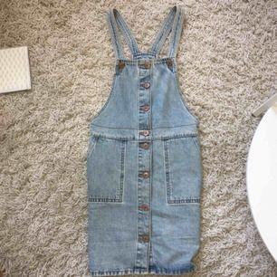 En jeansklänning från Monki i storlek XS. Den har två stora fickor och knäpps hela vägen längst fram. Använd max 2-3 ggr så den är i perfekt skick. Frakt 35:- tillkommer ☀️