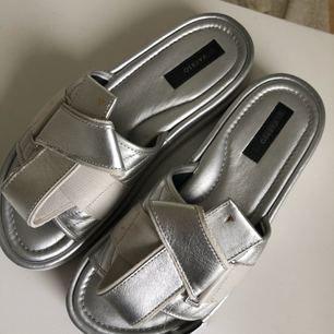 Suuuuper snygga tofflor/sandaler köpa på Humana Second hand i Stockholm. Endast testade av mig men var för spontan för att testa, så de är tyvärr för små för mig. Fynda dessa coolingar! Jag kan mötas upp i Stockholm C eller frakta om köparen står för den