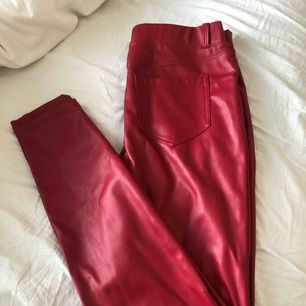 Säljer ett par fake läder byxor som egentligen är i storlek L men skulle säga att de passar S/M bättre. Super snygga men har dock gått sönder (se bild).