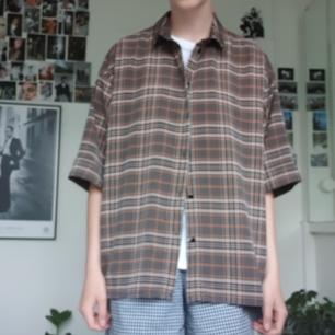 Snygg oversized skjorta från Monki. Fint skick! Frakten är inkluderad i priset :)