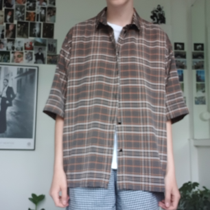 Snygg oversized skjorta från Monki. Fint skick! Frakten kostar 50 kr :)