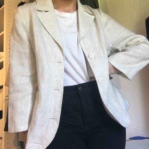 Jättefin linnejacka med jättecoola detaljer på fickorna. Det står storlek 40 men passar mig som har 36. Gratis frakt🌼