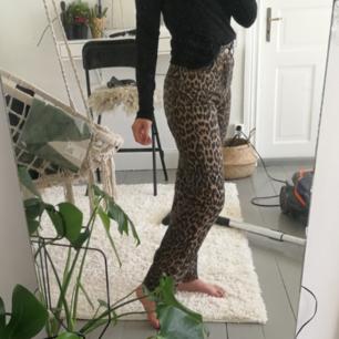 Ett par skit coola leopard jeans från Zara i toppen skick använda max 2 gånger👍💞 är insydda på baksidan eftersom dem är förstora för mig men går att sprätta upp o då blir den som nya😊