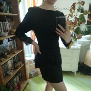 Svart klänning i satin liknande material, har speciella band i midjan, tror de ska knytas omlott bak i ryggen som jag har dem på sista bilden.. men jag är osäker för jag köpte den här inte i butik. Den är fin men inte min stil. Frakt tillkommer.