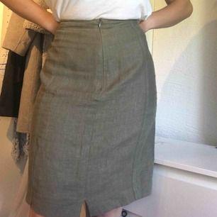 Jättefin linnekjol köpt second hand. Gratis frakt (på den första bilden håller jag in kjolen då jag har storlek S i vanliga fall)🌼