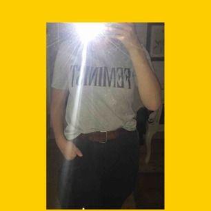 """Suuuupersnygg ljusgrå t-shirt med trycket """"feminist"""" på bröstet, står inte strl men passar mig som är M, sitter lite löst till och med :) Säljer denna pga för lite användning, tänkte att någon  av er skulle uppskatta den mer <3"""