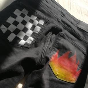 Skit snygga jeans med handmålade fickor🔥◻️◼️