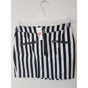 Oanvänd svart/vit kjol från HM. Frakt tillkommer - 50kr max!