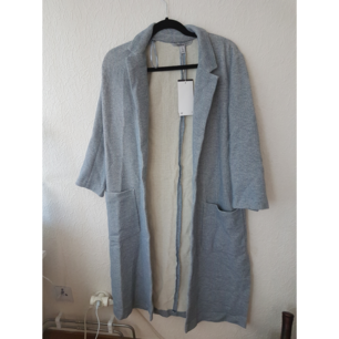 Oanvänd tygkappa från Zara i blåfärg med tags kvar. Skrynklig pga legat nerpackad.  Frakt tillkommer