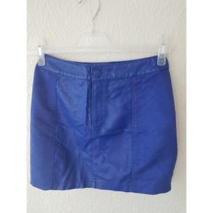 Blå kjol från HM med både skinn och mocka material (ej äkta såklart).  Frakt tillkommer max 40:-