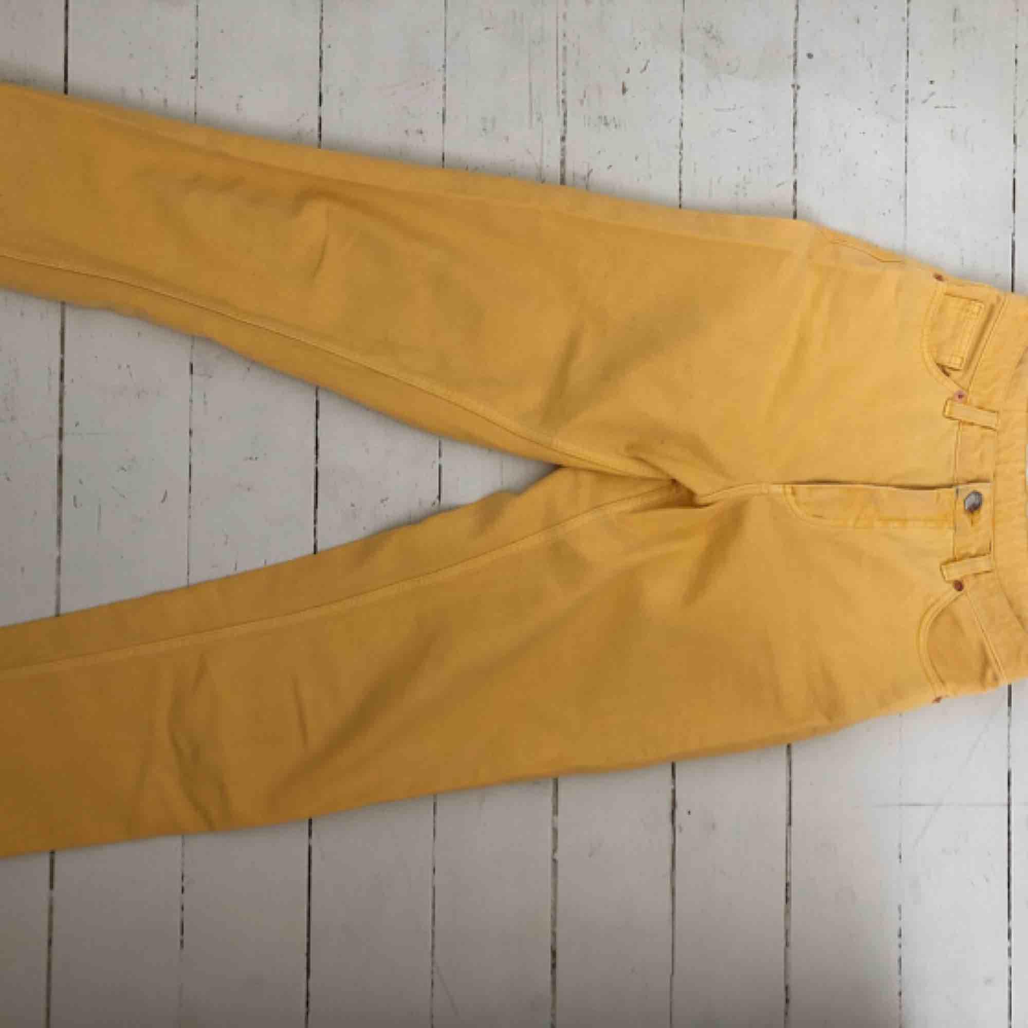 Mom-jeans från Monki Modell: Taiki Storlek 26 Använda 2-3 ggr  . Jeans & Byxor.