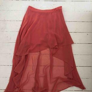 Kjol från Forever21 Storlek small Superfint fall som inte riktigt syns på bild, kortare fram och längre bak. Tunt tyg med en underkjol.