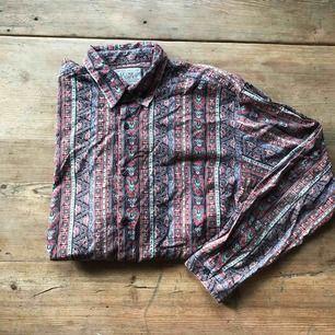 jättefin skjorta i mjukt material köpt vintage, sparsamt använd så den är fortfarande i jättefint skick, köparen står för frakt! <3