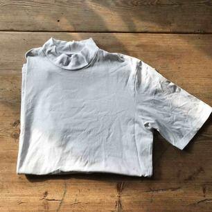 kortärmad polotshirt från weekday, knappt använd. köparen står för frakt!<3