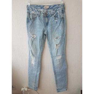 Slitna ljusa jeans från GinaTricot. Skrynkliga pga legat nerpackade länge. Frakt tillkommer