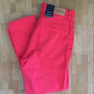 Snyggt somriga röda jeans från monki. Modellen heter Taiki. Aldrig använda.