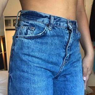 Ett par jeans från topshop i strl w26 L30. Lite tjockare material. Passar en person som är ungefär 160 cm