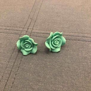 Örhängen i mintgrönt, ungefär lika stora som en gammal fem krona, handgjorda och vet ej om det är nickel. Jag har aldrig använt dessa. Möter upp i city men kan skicka mot fraktkostnad  Har swish