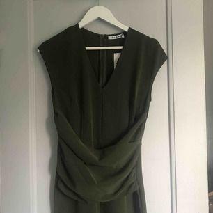 Jätte fin grön jumpsuit från NA-KD, använd 1 gång på bal. Frakt tillkommer