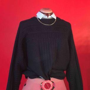 Snygg ärmlös skjorta perfekt att ha under tjocktröja utan att bli varm eller till en kjol när det är varmt. Knappt använd