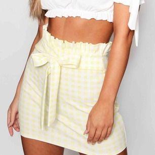 Jättefin gul, rutig paperbag kjol ifrån Boohoo. Den är aldrig använd, prislappen är kvar. Nypris 190 kr