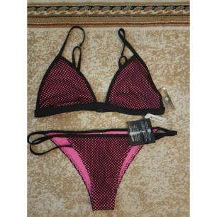 Oanvänd bikini från Nelly.com med tags. Överdelen i strlk L och underdelen i strlk M. Frakt tillkommer max 40:-