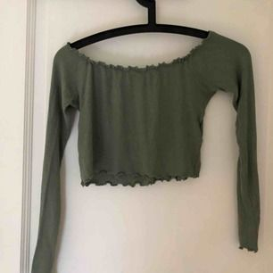 Grön off shoulder topp från bikbok Ribbat material Kort