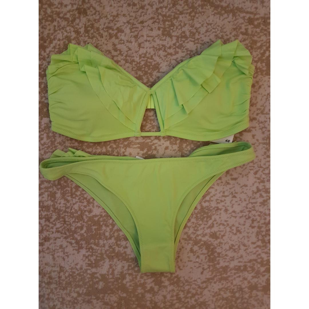 Grön oanvänd bikini från HM. Överdelen är i strlk 42 och underdelen i strlk 36. Frakt tillkommer max 40:-. Övrigt.