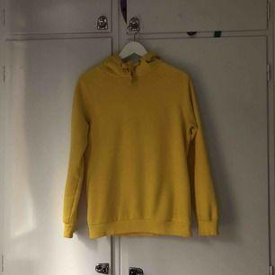 Plain gul hoodie 🍋 lite oversized men går att stoppa in eller vika upp så man får den som önskat 💓